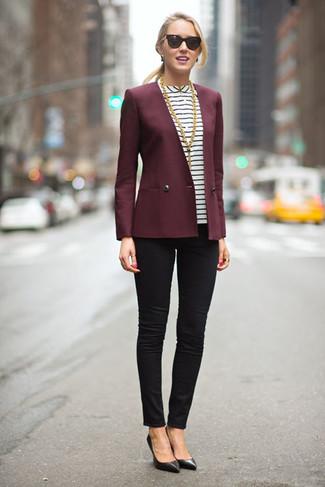 Para crear una apariencia para un almuerzo con amigos en el fin de semana elige un blazer burdeos y unos vaqueros pitillo negros. Zapatos de tacón de cuero negros son una forma sencilla de mejorar tu look.