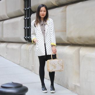 Cómo combinar: blazer a lunares en blanco y negro, blusa de manga larga gris, falda skater negra, mocasín con plataforma de cuero negro