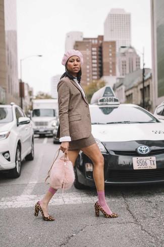 Cómo combinar: blazer de lana a cuadros marrón, blusa de manga larga blanca, minifalda de lana a cuadros marrón, zapatos de tacón de pelo de becerro de leopardo marrón claro