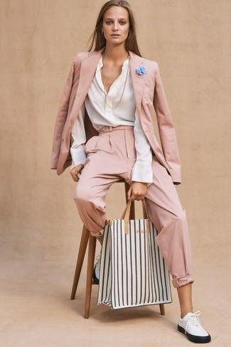 Cómo combinar: blazer rosado, blusa de manga larga blanca, pantalón de pinzas rosado, tenis de cuero en blanco y negro