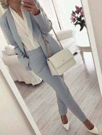 Cómo combinar: blazer gris, blusa de manga larga blanca, pantalón de vestir gris, zapatos de tacón de cuero blancos