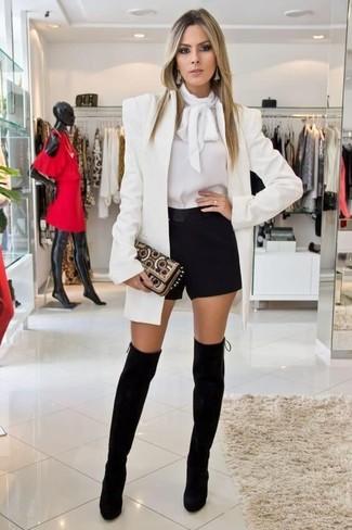 Cómo combinar: blazer blanco, blusa de manga larga blanca, pantalones cortos negros, botas sobre la rodilla de ante negras