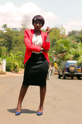 Cómo combinar: blazer rojo, blusa sin mangas a lunares en blanco y negro, falda lápiz negra, zapatos de tacón de cuero azul marino