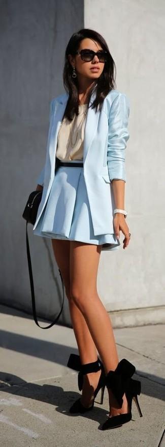 Cómo combinar: blazer celeste, blusa sin mangas de seda en beige, falda skater celeste, zapatos de tacón de ante negros