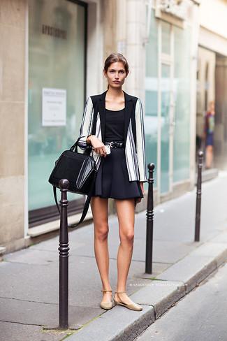 Cómo combinar: blazer de rayas verticales en blanco y negro, blusa sin mangas negra, falda skater negra, bailarinas de cuero marrón claro
