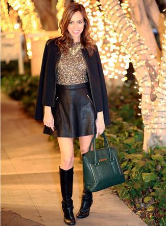 Cómo combinar: blazer negro, blusa sin mangas de lentejuelas dorada, falda skater de cuero negra, botas de caña alta de cuero negras