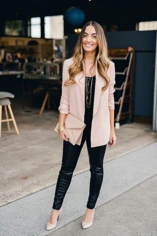Cómo combinar: blazer rosado, blusa sin mangas negra, leggings de cuero negros, zapatos de tacón de cuero en beige