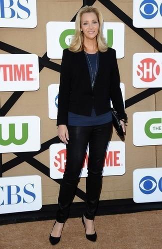 Cómo combinar: blazer negro, blusa sin mangas azul marino, pantalones pitillo de cuero negros, zapatos de tacón de ante negros