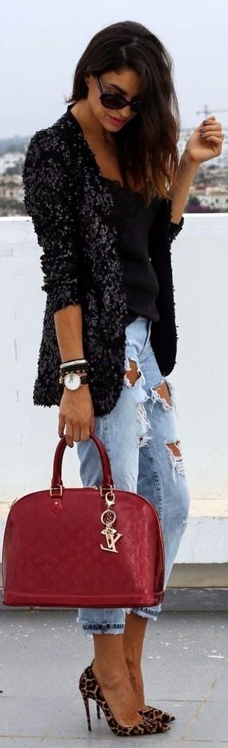 Cómo combinar: blazer de lentejuelas negro, blusa sin mangas negra, vaqueros boyfriend desgastados celestes, zapatos de tacón de ante de leopardo marrón claro