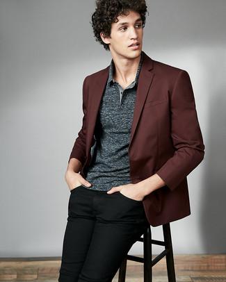 Cómo combinar: blazer burdeos, camisa polo en gris oscuro, vaqueros negros
