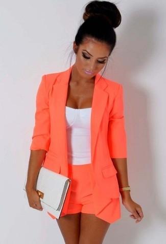 Associer un blazer orange avec un short orange femmes est une option confortable pour faire des courses en ville.
