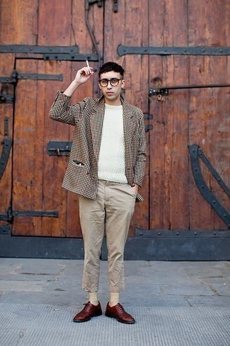 How to Wear Beige Socks For Men: Go for a pared down but at the same time casually cool choice putting together a beige houndstooth blazer and beige socks. Elevate your getup with burgundy leather oxford shoes.