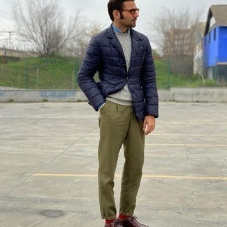 Olive Chinos with Desert Boots Outfits: Go for a navy quilted blazer and olive chinos to achieve a neat and classy look. Let your styling credentials truly shine by finishing this outfit with a pair of desert boots.