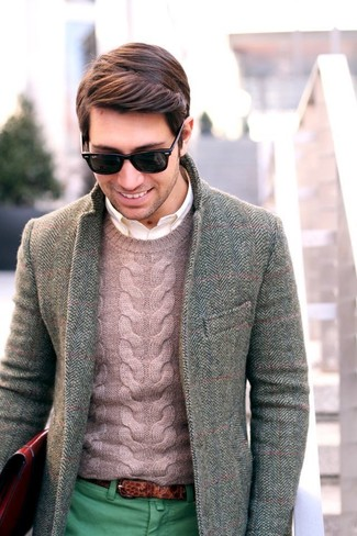 Marry a Polo Ralph Lauren Cabled Cashmere Crewneck with green chinos to create a great weekend-ready look. This one is a nice option when it comes to a neat look that will take you from summer to fall.
