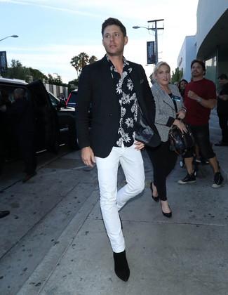 Cómo combinar: blazer negro, camisa de manga corta estampada en negro y blanco, pantalón chino blanco, botines chelsea de ante negros