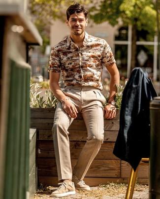 Cómo combinar: blazer de lino negro, camisa de manga corta estampada en beige, pantalón de vestir de lino en beige, tenis de ante marrón claro