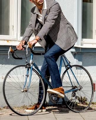 Cómo combinar: blazer de cuadro vichy en negro y blanco, camisa de manga corta blanca, pantalón de vestir azul marino, tenis de ante en tabaco