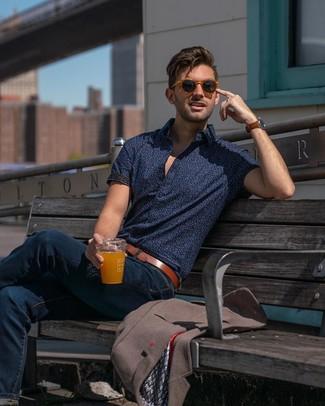 Cómo combinar: blazer marrón, camisa de manga corta estampada azul marino, vaqueros azul marino, correa de cuero marrón