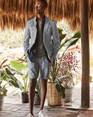 Cómo combinar: blazer gris, camisa de manga larga de lino azul marino, camiseta con cuello circular verde oliva, pantalones cortos estampados grises