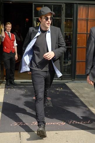 Cómo combinar: blazer negro, camisa de manga larga de cambray celeste, camiseta con cuello circular negra, pantalón chino negro