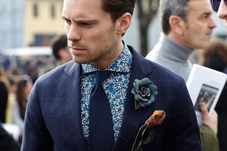 Cómo combinar: blazer a cuadros azul marino, camisa de manga larga con print de flores azul, corbata azul marino, pañuelo de bolsillo estampado naranja