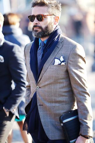 Cómo combinar: blazer de tartán marrón, camisa de manga larga de cambray azul, corbata azul marino, pañuelo de bolsillo en blanco y azul marino