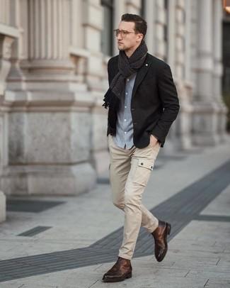 Cómo combinar: blazer negro, camisa de manga larga de cambray celeste, pantalón cargo en beige, botas formales de cuero marrónes