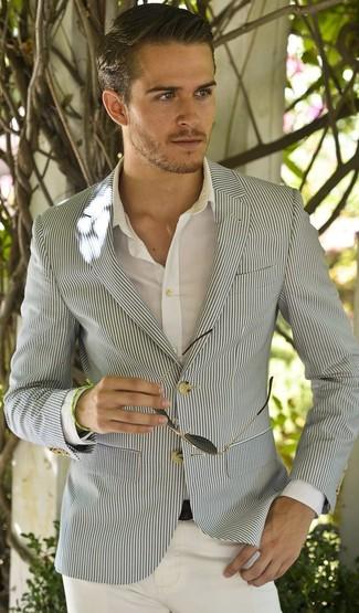 Cómo combinar: blazer de seersucker gris, camisa de manga larga blanca, pantalón chino blanco, correa de cuero negra