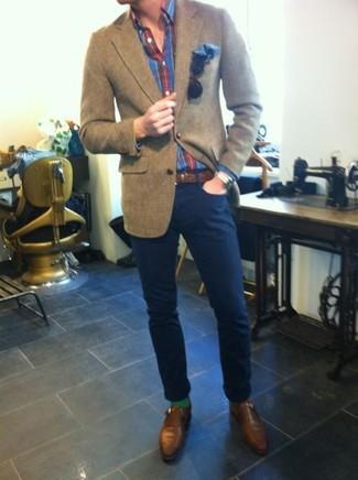 Cómo combinar: blazer de lana marrón, camisa de manga larga de tartán en rojo y azul marino, pantalón chino azul marino, zapatos con hebilla de cuero marrónes