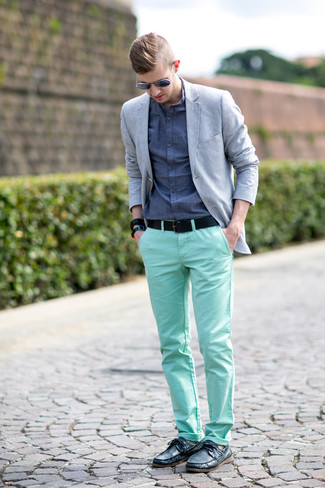 Cómo combinar: blazer gris, camisa de manga larga de cambray azul, pantalón chino en verde menta, náuticos de cuero negros