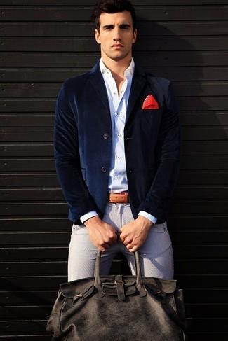 Cómo combinar: blazer de terciopelo azul marino, camisa de manga larga blanca, pantalón chino gris, bolsa de viaje de cuero en gris oscuro