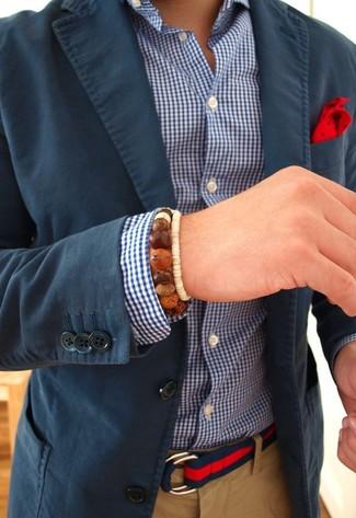 Cómo combinar: blazer azul marino, camisa de manga larga de cuadro vichy en blanco y azul marino, pantalón chino marrón claro, pañuelo de bolsillo a lunares rojo