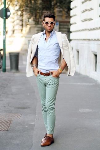 Cómo combinar: blazer en beige, camisa de manga larga celeste, pantalón chino en verde menta, zapatos derby de cuero marrónes