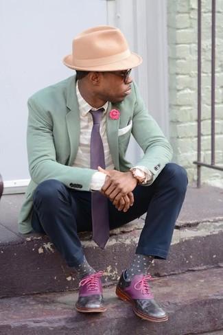 Cómo combinar: blazer en verde menta, camisa de manga larga de rayas horizontales gris, pantalón chino azul marino, zapatos oxford de cuero morado