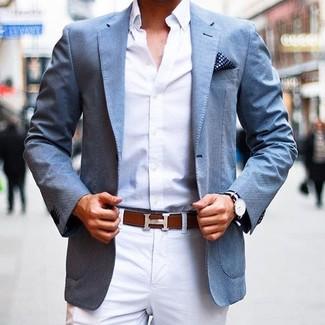 Si buscas un estilo adecuado y a la moda, ponte un blazer azul de Kiton y un pantalón chino blanco.
