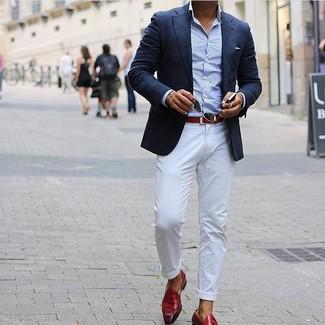 Cómo combinar: blazer azul marino, camisa de manga larga celeste, pantalón chino blanco, mocasín con borlas de cuero rojo