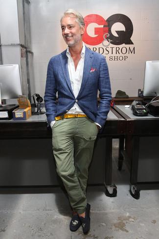 Si buscas un look en tendencia pero clásico, intenta ponerse un blazer azul de Kiton y un pantalón chino verde oliva. Este atuendo se complementa perfectamente con mocasín de ante bordado negro.