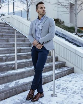 Cómo combinar: blazer de punto gris, camisa de manga larga de cuadro vichy azul, pantalón chino azul marino, zapatos con doble hebilla de cuero en marrón oscuro