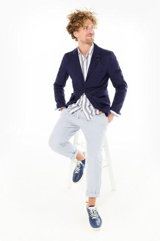 Cómo combinar: blazer azul marino, camisa de manga larga de cambray de rayas verticales en blanco y azul, pantalón chino de seersucker celeste, tenis de cuero azul marino