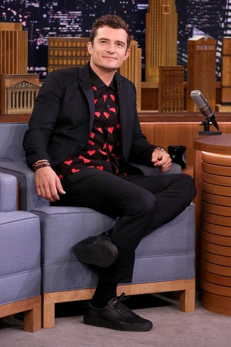 Cómo combinar: blazer azul marino, camisa de manga larga estampada negra, pantalón chino negro, tenis de cuero negros
