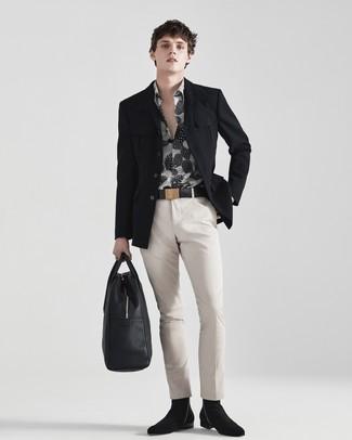 Cómo combinar: blazer negro, camisa de manga larga estampada en negro y blanco, pantalón chino en beige, botines chelsea de ante negros