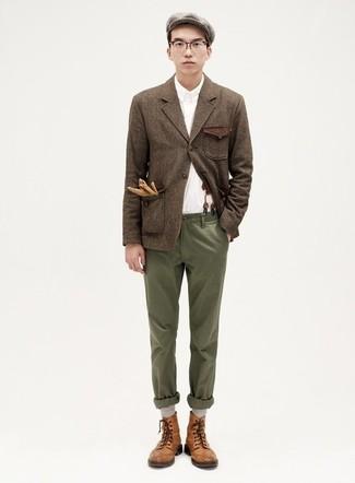 Cómo combinar: blazer de lana marrón, camisa de manga larga blanca, pantalón chino verde oliva, botas casual de cuero marrónes