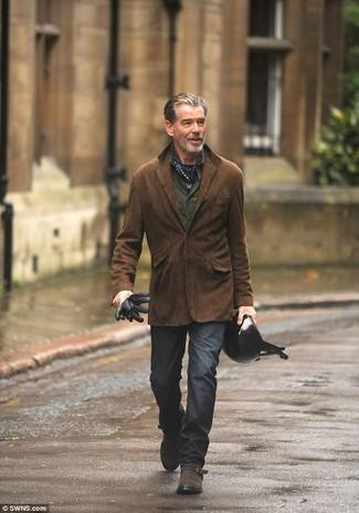 Cómo combinar: blazer de ante en marrón oscuro, camisa de manga larga verde oliva, pantalón chino en gris oscuro, zapatos con hebilla de ante en marrón oscuro