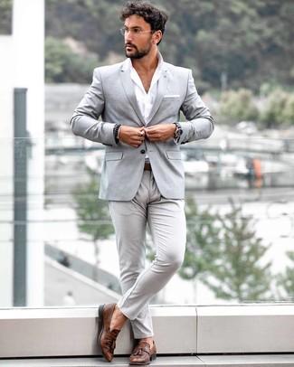 Cómo combinar: blazer gris, camisa de manga larga blanca, pantalón chino gris, mocasín con borlas de cuero marrón
