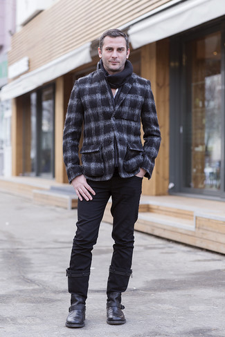 Cómo combinar: blazer de lana a cuadros en gris oscuro, camisa de manga larga blanca, pantalón chino negro, botines chelsea de cuero negros