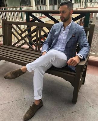 Cómo combinar: blazer de tartán celeste, camisa de manga larga estampada celeste, pantalón chino blanco, zapatos con doble hebilla de ante marrónes