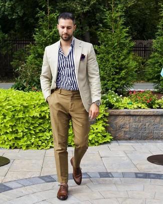 Cómo combinar: blazer en beige, camisa de manga larga de rayas verticales en blanco y azul marino, pantalón chino marrón claro, zapatos oxford de cuero marrónes