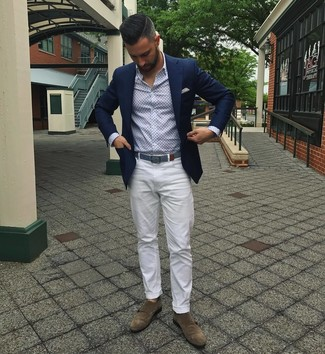 Cómo combinar: blazer azul marino, camisa de manga larga estampada celeste, pantalón chino blanco, zapatos con doble hebilla de ante marrónes