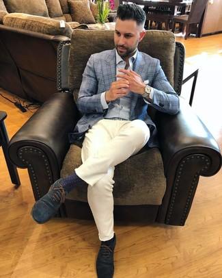 Cómo combinar: blazer de tartán celeste, camisa de manga larga de rayas verticales celeste, pantalón chino blanco, zapatos oxford de ante azul marino