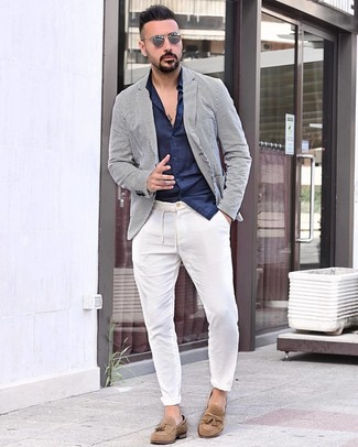 Cómo combinar: blazer de rayas verticales en blanco y azul marino, camisa de manga larga azul marino, pantalón chino blanco, mocasín con borlas de ante marrón claro